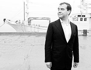 Дмитрий Медведев во время посещения причального комплекса в бухте Южно-Курильская