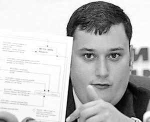 Депутат Государственной думы Александр Хинштейн во время пресс-конференции демонстрирует схему покупки Михаилом Касьяновым земельного участка Сосновка-1