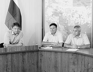 Обвиняемый в гибели людей при наводнении в Крымске из-за халатности глава Крымского района Краснодарского края Василий Крутько (крайний справа) и губернатор Краснодарского края Александр Ткачев (крайний слева)
