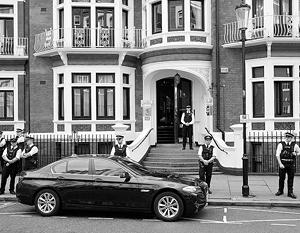 16 августа посольство Эквадора в Лондоне взято под усиленную охрану полицией из-за митинга в защиту Ассанжа