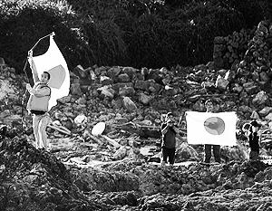 Группа японских активистов водрузила над спорным островом японский флаг