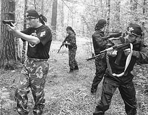 Иван Отраковский (слева) тренирует участников движения «Святая Русь»