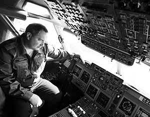Дмитрий Рогозин в кабине нового грузового самолета Ил-96-400