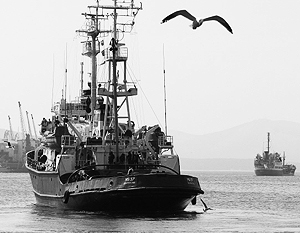 Морской спасательный буксир МК-37 (слева) и танкер «Ижора» (справа)