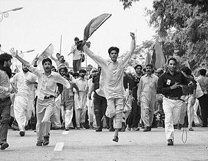 Студенты исламских школ Исламабада в свой выходной день бросились к посольству США