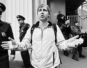 До вокзала в Москве Кирилла Панченко сопровождали два десятка омоновцев