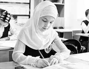 По шариатским законам маленьким школьницам необязательно носить мусульманский платок