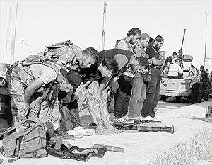 Сирийские партизаны молятся, не расставаясь с оружием