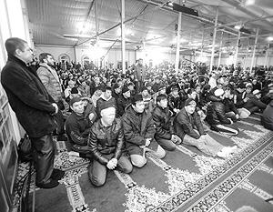 Большая часть верующих мусульман не помещается на территории мечети