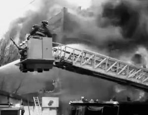 Пожарным пришлось пробивать стену, чтобы добраться до оказавшихся в плену огня людей