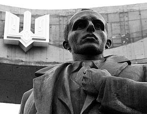 Памятники Степану Бандере на Западной Украине отличаются неустойчивостью