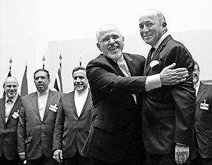 После переговоров министр иностранных дел Ирана Джавад Зариф обнял французского коллегу Лорана Фабиуса