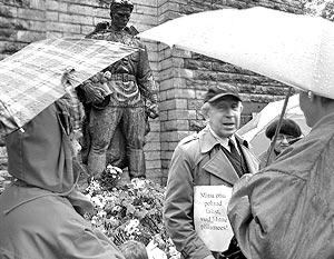 Пикетчики, выступавшие за снятие в Эстонии всех памятников иноземным войскам