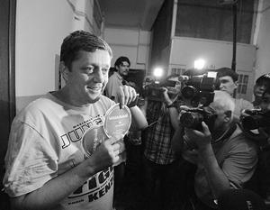 Депутат Госдумы, эсер Олег Пахолков демонстрирует найденные в квартире агитационные материалы за Навального