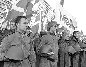 Утром столичную Манежную площадь оккупировали активисты пяти российских молодежных организаций