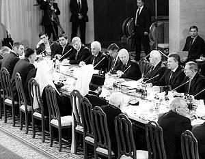 Вожди евромайдана еще накануне требовали отставки самого президента, но вдруг сбавили тон и сели с ним за один круглый стол