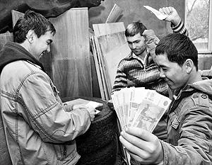 Трудовые мигранты все больше отправляют денег на родину