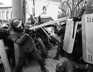 Противостояние между митингующими и силовиками в Киеве не стихает