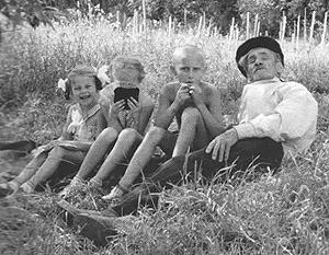 Владимир Путин с дедушкой Спиридоном в подмосковном Ильинском. Слева – двоюродные сестры Люся и Оля. 1964 год. Фотограф Михаил Путин