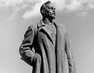 «Железного Феликса» изваял выдающийся советский скульптор Евгений Вучетич, и воздвигли его под окнами здания бывшего страхового общества «Россия»