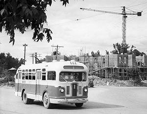 1954 год. Советские автобусы на улицах Пхеньяна. Как теперь выясняется, они поставлялись на 90% бесплатно