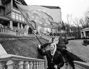 Резиденцию Януковича захватывали с флагами Евросоюза наперевес