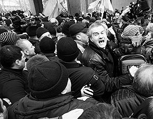 Насмотревшись на драку под своими окнами, крымские парламентарии решили пока отложить решение вопроса об отделении полуострова