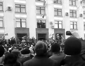 Участники многотысячного митинга в Луганске остались на ночь в здании областной администрации