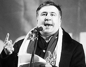 Февраль 2014 года, Саакашвили с шарфом цветов украинского флага выступает в Киеве на Майдане. Теперь, как утверждают грузинские власти, он готовится экспортировать Майдан в Тбилиси