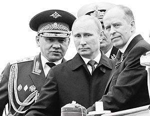 Владимир Путин вместе с министром обороны и главой ФСБ Сергеем Шойгу и Александром Бортниковым встречает военный парад в Севастополе
