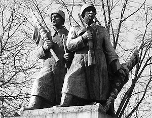 В среду утром работники муниципалитета сняли с цоколя фигуры двух советских солдат