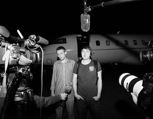 Освобожденные журналисты телеканала LifeNews Олег Сидякин и Марат Сайченко выходят из самолета в Грозном