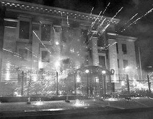 Радикалы начали свою салютную атаку в час ночи