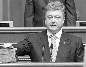После клятвы на Пересопницком Евангелии Порошенко заявил, что украинский язык останется единственным государственным, Украина – унитарной, а Крым – ее частью