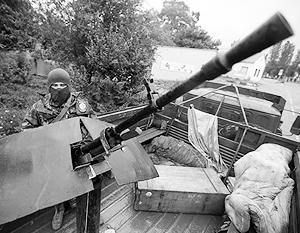 Боец батальона «Восток» защищает КПП в Донецке от воздушных атак – с помощью старого зенитного пулемета