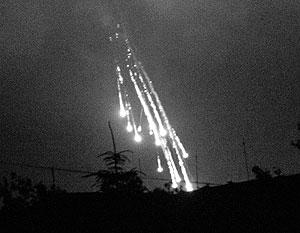 Украинские военные стреляют фосфорными зажигательными снарядами по поселку Семеновка.