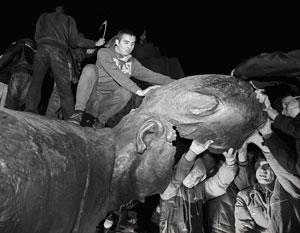 Толпа с энтузиазмом разрушила памятник при бездействии милиции