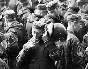 Нацгвардейцы заперли командиров и пришли к стенам президентской администрации, скандируя: «Дембель!»