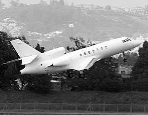 Самолет Falcon врезался на взлетно-посадочной полосе в снегоуборочную машину