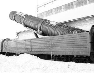 Подьем пусковой установки (на снимке) межконтинентальной баллистической ракеты на твердом топливе РС-22В/СС-24 «Скальпель» на БЖРК