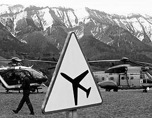 Специалисты собирают обломки самолета