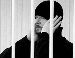В суде Степан Комаров вел себя спокойно, периодически натягивая шапку пониже