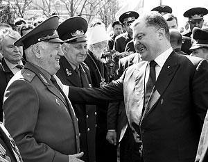 Петр Порошенко встал на колени перед памятником советским героям