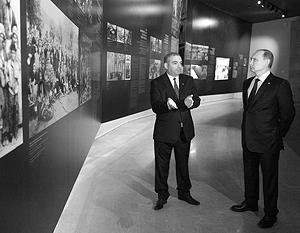 Первым пунктом в программе пребывания Путина в Ереване стало посещение Мемориального комплекса Цицернакаберд, посвященного памяти жертв геноцида