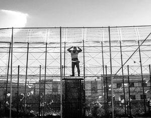 Африканский мигрант лезет на забор, отделяющий Марокко от Испании. Евросоюз, по сути, сам заманивает к себе жителей стран третьего мира, считают эксперты