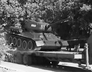 Так Т-34 снимали с постамента на территории одной из воинских частей в Кишиневе