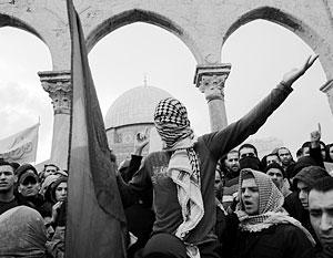На Храмовой горе находится «Купол над скалой», построенный вокруг «Камня основания» – места, откуда, как верят иудеи и мусульмане, был сотворен мир