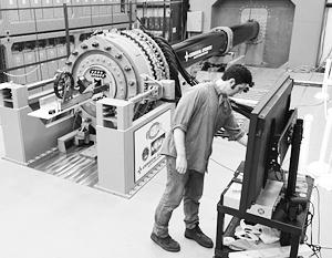 Рельсотрон состоит из двух рельсов, генерирующих электромагнитное поле, и между ними висит снаряд
