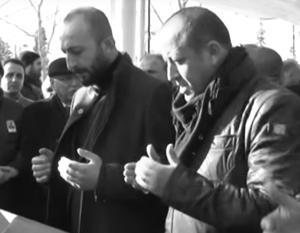 Предполагаемый убийца российского летчика Альпарслан Челик (на фото слева) не скрывает, что вновь направляется в Сирию
