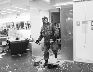В Киеве разгромили офис Альфа-банка и закидали камнями отделение Сбербанка